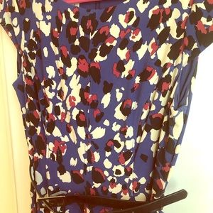 Boatneck A-line dress in abstract print with belt
